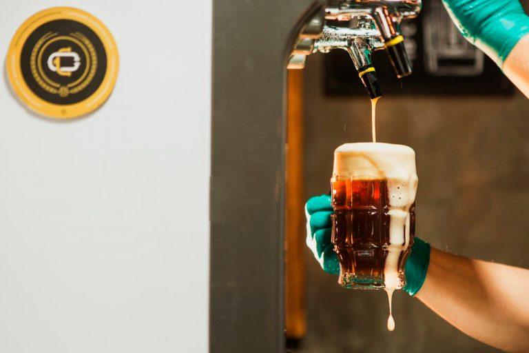 Una cerveza artesanal está siendo servida en un vaso - Clan Cervecero