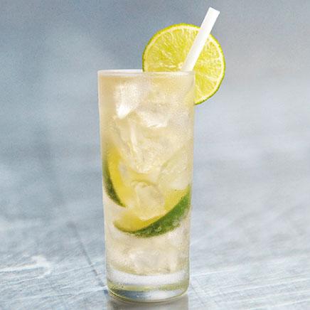 Clan Cervecero - chilcano bebida alcohólica en una vaso de vidrio con hielo, rodajas de limón.