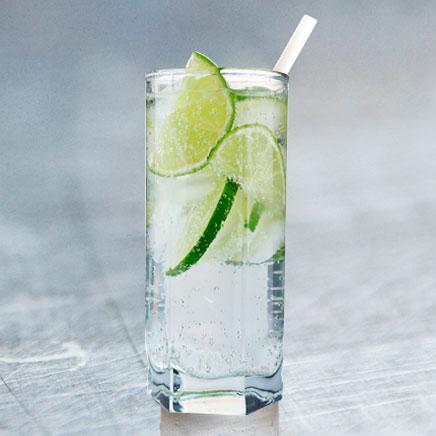 Clan Cervecero - vodka tonic bebida alcohólica en una vaso de vidrio con hielo y rojas de limón.