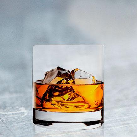 Clan Cervecero - whisky en las rocas bebida alcohólica en una vaso de vidrio con hielo.